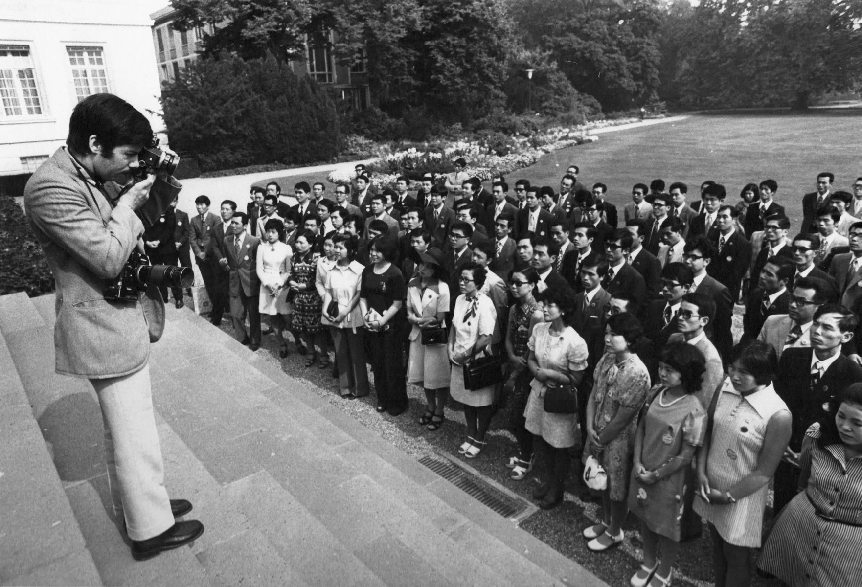 Volker Hinz Photographing Chinese Delegation, 1973 (photo: Hilmar Babel)